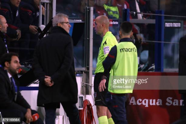The refree look the var during the Serie A match between Cagliari Calcio and FC Internazionale at Stadio Sant'Elia on November 25 2017 in Cagliari...