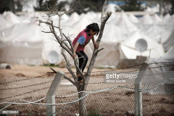 The refugee camps in Turkey are heavily guarded by the Turkish army Refugees feel isolated and try to break free trough the barbed wire