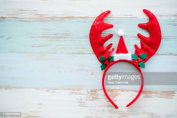 the reindeer headband on wooden wall. christmas day concept. - accessoires stock-fotos und bilder