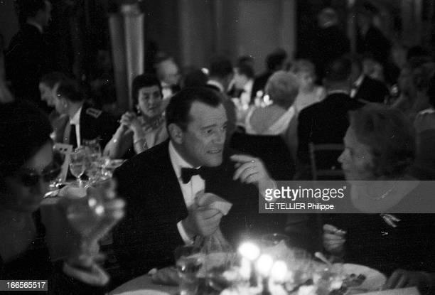 The Release In France Of The Film 'Le Jour Le Plus Long' Le 26 septembre 1962 au Palais de Chaillot à Paris en France Eddie CONSTANTINE parle avec...
