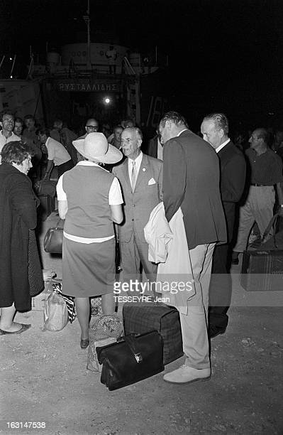 The Release Of Political Deportes Of Yaros Island En Grèce le 6 juillet 1967 lors de la libération de nuit de prisonniers de l'île de Yaros située à...