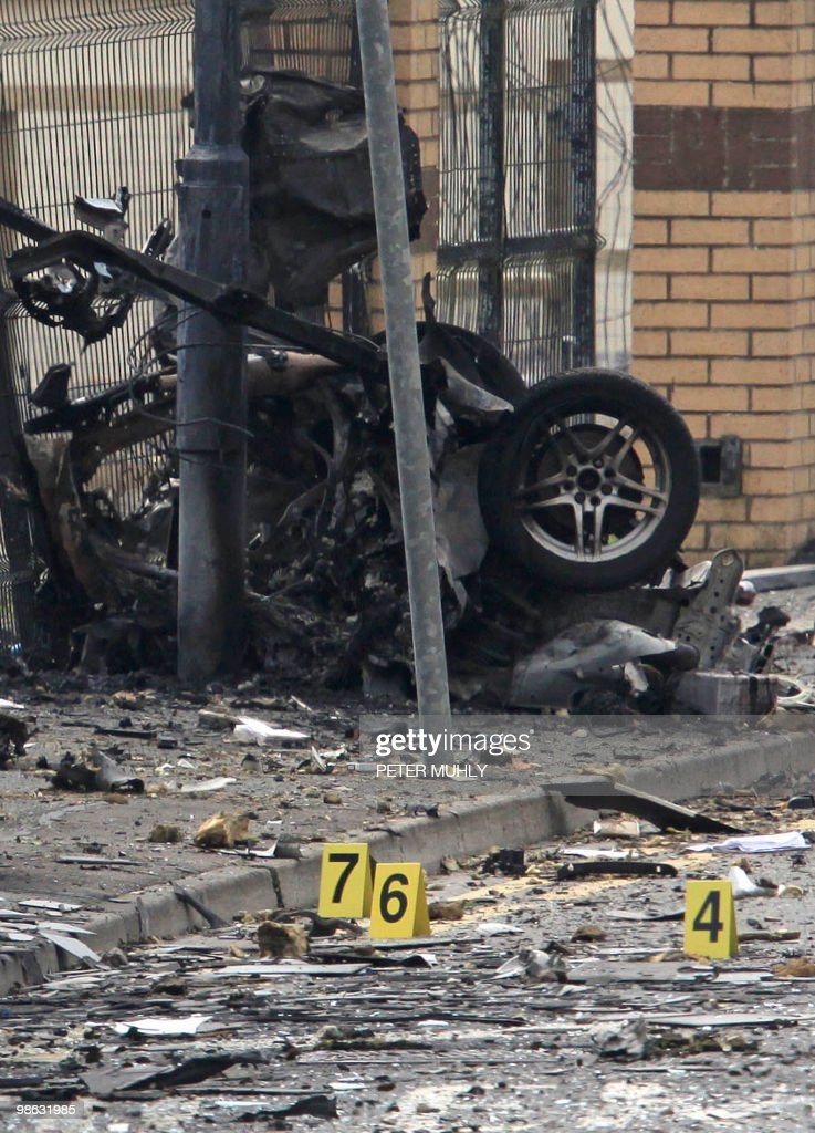 The remains of a car bomb that exploded : Nieuwsfoto's