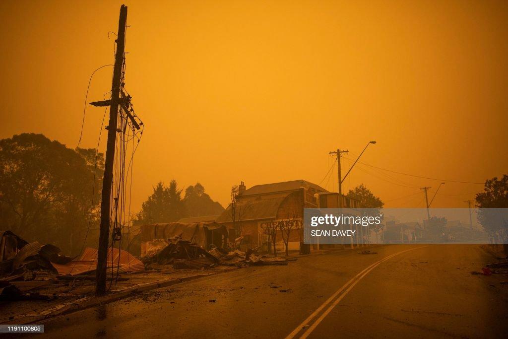 TOPSHOT-AUSTRALIA-WEATHER-FIRES : News Photo