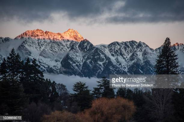 the remarkables at sunset, famous mountain in queenstown, new zealand - the remarkables stock-fotos und bilder