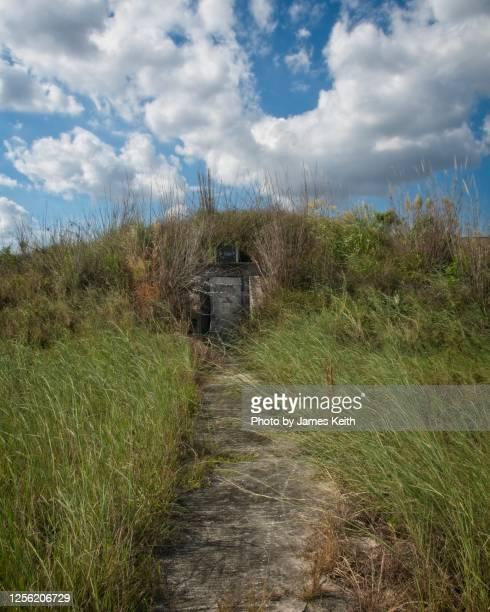 the remnants of an abandoned missile base in the florida everglades. - koude oorlog stockfoto's en -beelden