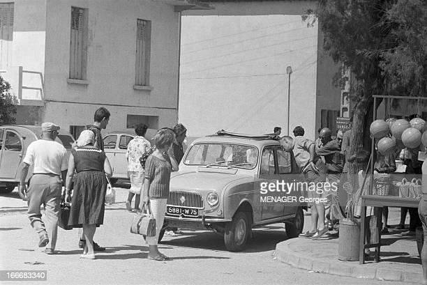 The Renault R4 3Hp And 4Hp Camargue14 août 1961 La Renault R4 3CV et 4CV aux SaintesMariedela Mer touristes ou villageois observent la dernièrenée...