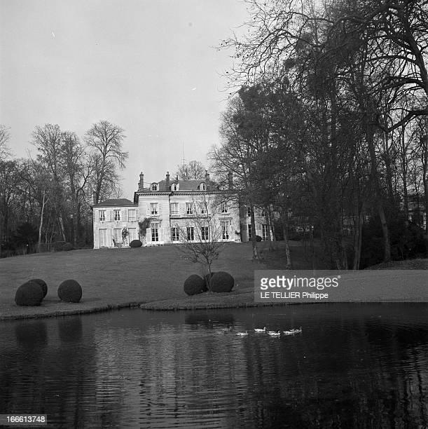 The Residence Of Alfred Duff Cooper In Chantilly. Vue extérieure de la demeure de l'ambassadeur de Grande-Bretagne à Paris , Alfred DUFF COOPER. Au...