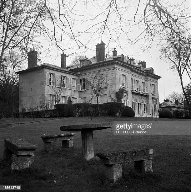 The Residence Of Alfred Duff Cooper In Chantilly. Vue extérieure de la demeure de l'ambassadeur de Grande-Bretagne à Paris , Alfred DUFF COOPER.