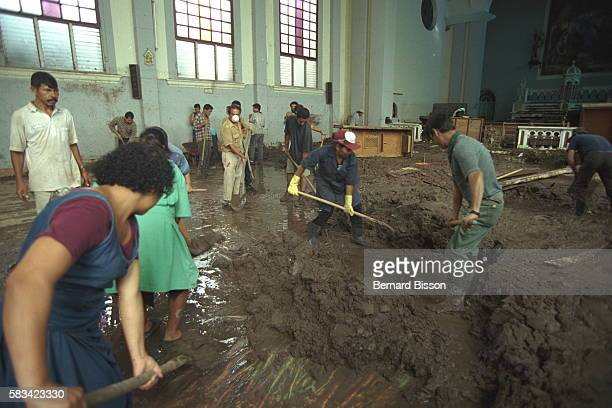 The residents of Tegucigalpa get together to clean up Auxiliadora church that is full of mud.