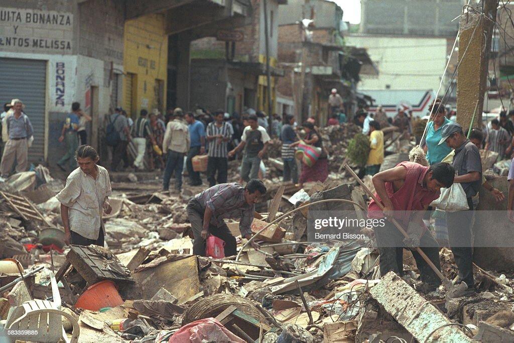 HONDURAS AFTER CYCLONE MITCH : News Photo