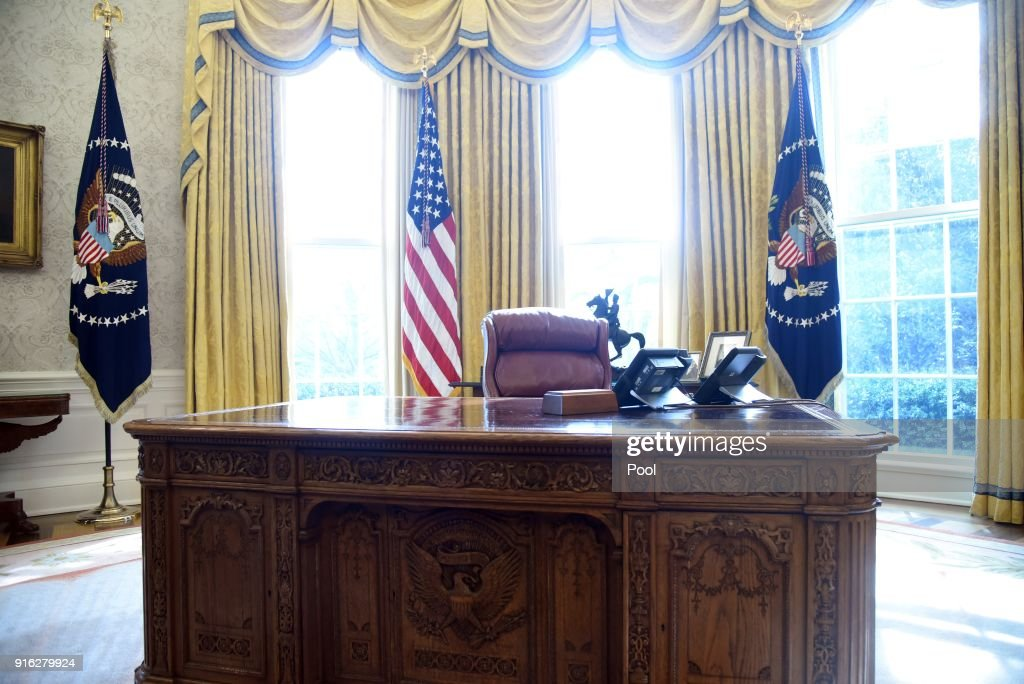 White house oval office desk Formal Office The Resolute Desk Is Seen In The Oval Office Of The White House February 2018 Nutritionfood Oval Office Desk Stock Photos And Pictures