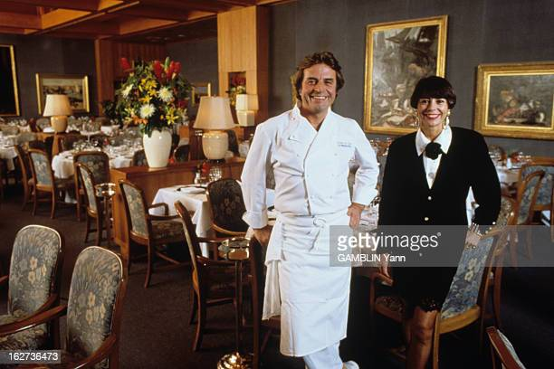 The Restaurant 'Bernardin' By Gilbert And Maguy Coze In New York En mars 1990 aux ÉtatsUnis Gilbert LE COZE en habit de chef cuisinier souriant et sa...