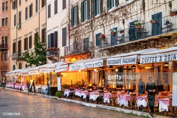 de typische italiaanse restaurants van piazza navona in rome lijken leeg en zonder toeristen - italië stockfoto's en -beelden