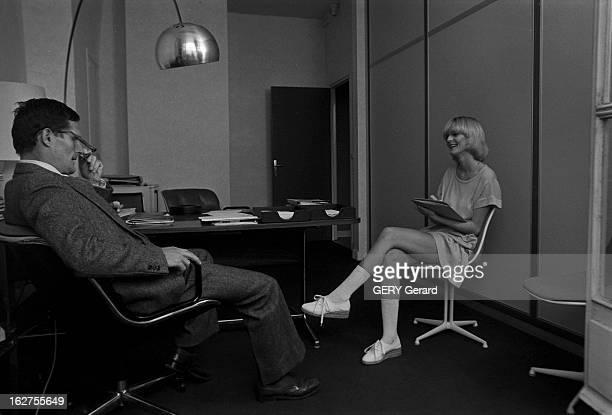 The Return Of The Miniskirts On The Champs Elysees En 1976 la minijupe inventée par la styliste anglaise Mary Quant dans les années soixante est de...