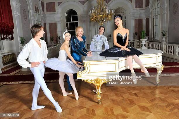 The Revival Of The Bolchoi Theater In Moscow Moscou dimanche 30 octobre 2011 dans le Foyer Blanc du théâtre du Bolchoï récemment rénové les danseurs...