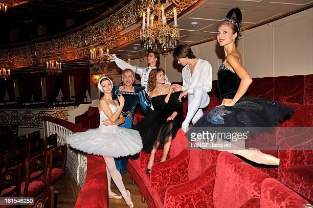 The Revival Of The Bolchoi Theater In Moscow Moscou dimanche 30 octobre 2011 Natalia VODIANOVA posant au théâtre du Bolchoï récemment rénové entourée...