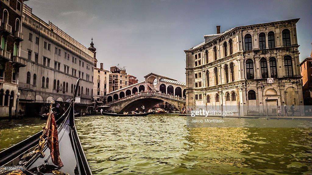 The Rialto bridge in Venice seen from a Gondola : Stock Photo