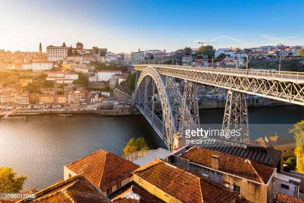 la ribeira o riva del fiume a porto con il ponte luís i al tramonto - oporto portogallo foto e immagini stock