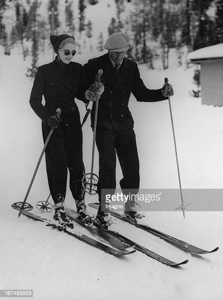 The rich American department store heiress Barbara Hutton with her ski instructor in St Moritz 28th December 1937 Photograph Die reiche...