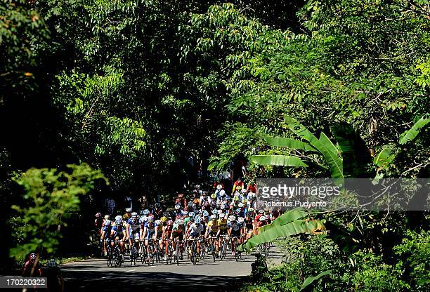 The riders are still in the big peloton at initial race. Profile of hills with steep climbs at the beginning of this stage 4. Stage 4 Tour de...