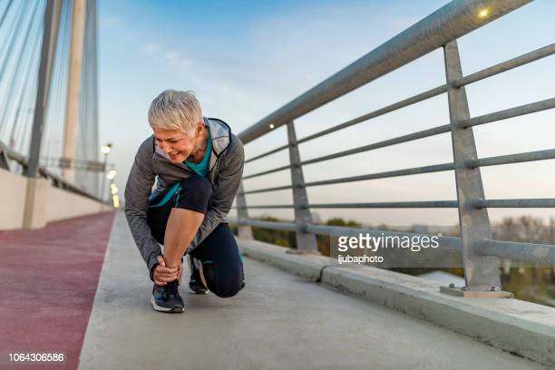el zapato derecho desempeña un papel importante en el entrenamiento - ligamento cruzado anterior fotografías e imágenes de stock