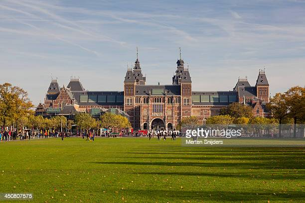 the rijksmuseum at museum square - merten snijders stock-fotos und bilder