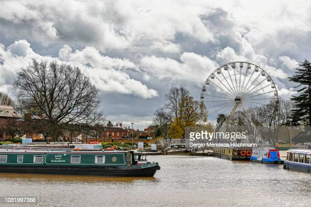 the river avon, the ferris wheel and narrowboats in stratford-upon-avon, england - ストラトフォード・アポン・エイボン ストックフォトと画像