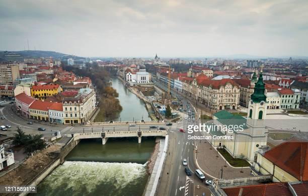 the river crisul repede flowing through in oradea city centre union square, romania. - rumänien bildbanksfoton och bilder