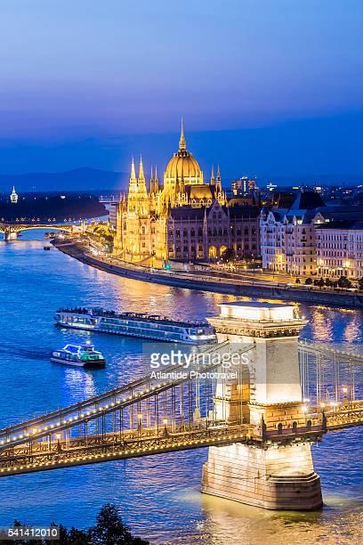 the river danube, chain bridge (szechenyi lanchid) and the hungarian parliament building from the varhegy (buda castle hill) - sede do parlamento húngaro - fotografias e filmes do acervo