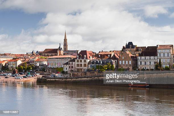 the river dordogne and city of bergerac. - ベルジュラック ストックフォトと画像