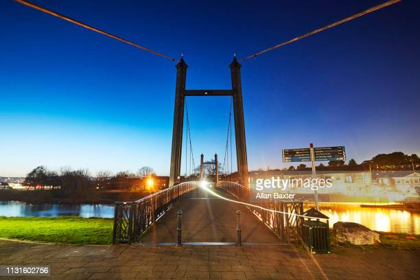 the river exe and the historic cricklepit bridge at dusk - イギリス エクセター ストックフォトと画像