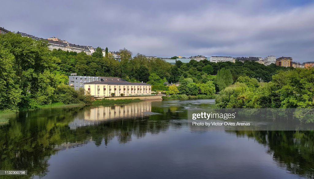 The river Minho (Miño in Spanish) and the city of Lugo in the background : Foto de stock