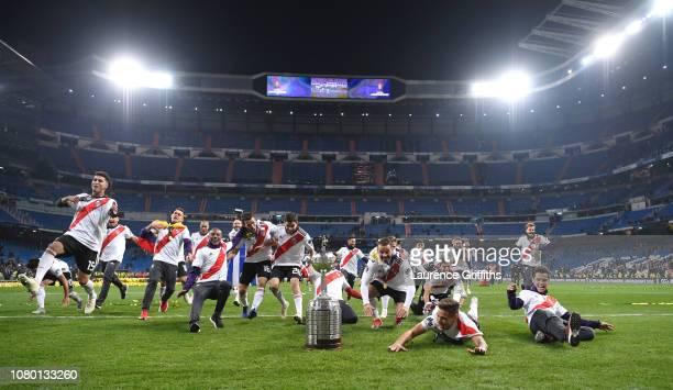 The River Plate Team celebrate victory with the tophy after the second leg of the final match of Copa CONMEBOL Libertadores 2018 between Boca Juniors...