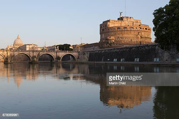 the river tiber with castel sant angelo, ponte sant angelo bridge and the dome of st. peters basilica, rome, lazio, italy, europe - vatikan stock-fotos und bilder