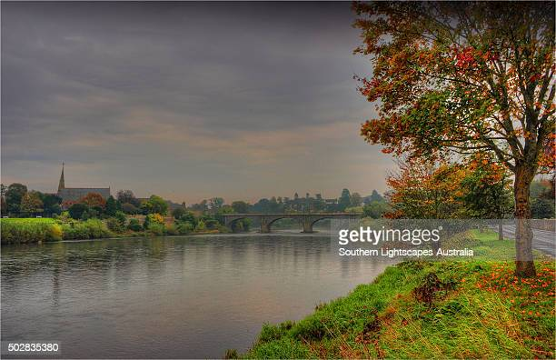 the river tweed at kelso, a small town in the scottish borders region. - ケルソー ストックフォトと画像