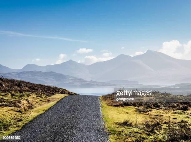 el camino a seguir - mull, escocia - islas de gran bretaña fotografías e imágenes de stock
