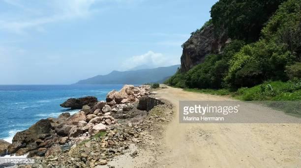 the road between the mountain and the sea - costa caratteristica costiera foto e immagini stock