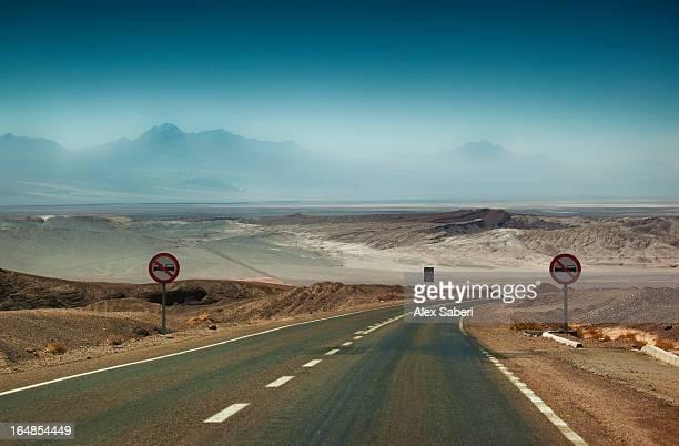 the road from calama to san pedro de atacama. - alex saberi imagens e fotografias de stock