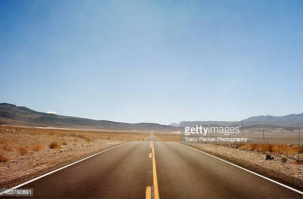 the road from lone pine to death valley - death valley photos et images de collection