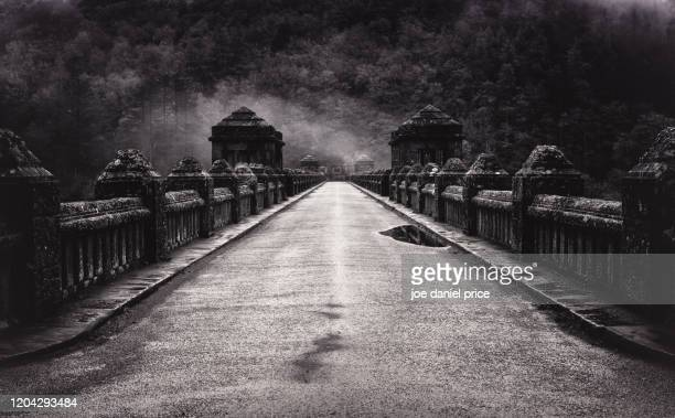 the road over the dam at lake vyrnwy, llanwddyn, powys, wales - lake vyrnwy stock pictures, royalty-free photos & images