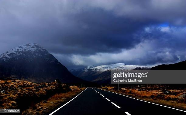 the road to glencoe, scotland - catherine macbride stockfoto's en -beelden