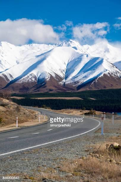 a estrada para lago pukaki, nova zelândia - alpes do sul da nova zelândia - fotografias e filmes do acervo