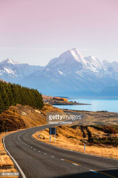 the road to mt. cook at sunrise, canterbury, new zealand - região de canterbury nova zelândia - fotografias e filmes do acervo