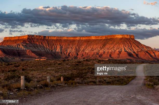 the road to the red rock in the monument valley national park in the american west - rocha vermelha imagens e fotografias de stock
