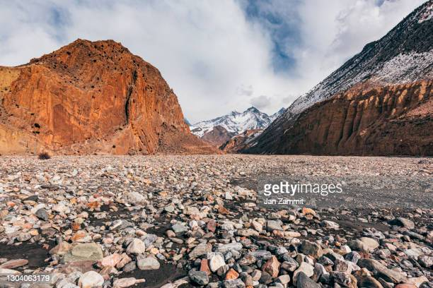 the road to upper mustang - annapurna south stock pictures, royalty-free photos & images