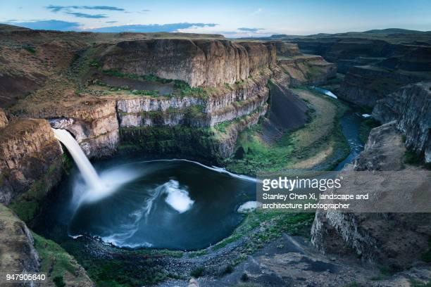 the roaring palouse falls - canyon stock-fotos und bilder