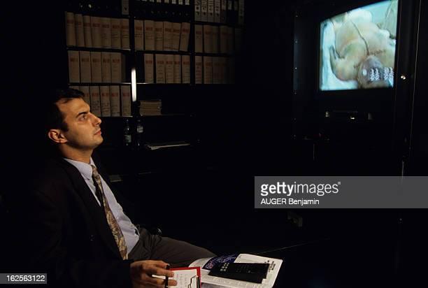 Video Of The Autopsy En France à Paris le 13 janvier 1992 le docteur Patrick BIBAS attaché des hôpitaux de visionnant la vidéo de l'autopsie de...