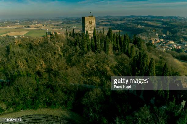 the rocca di solferino, also known as spia d'italia, is a historic building in solferino, in the province of mantua, in lombardy, located near the monumental ossuary and the museum of the risorgimento of solferino and san martino - italia stockfoto's en -beelden