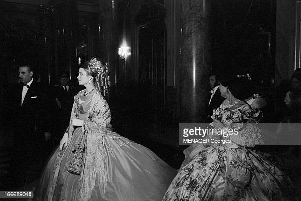 The Rochas Ball Le 29 mai 1966 soirée de gala dans un décor somptueux les invités rivalisent d'élégance pour ce bal en costume d'époque organisée par...