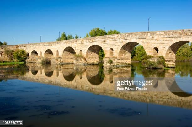 the roman bridge, mérida, extremadura, spain. - ancient history stock pictures, royalty-free photos & images